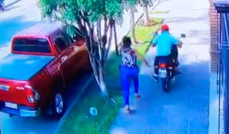 Una tucumana se enfrentó a un motochorro que le había robado el celular y logro recuperarlo ( VIDEO)