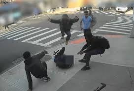 Ataque piraña, le roban las zapatillas y el celular a una joven, ocurrio en Nueva York (VIDEO)