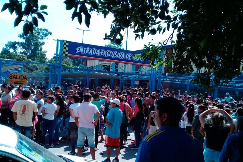CAOS, HACINAMIENTO Y PELIGRO PARA LA SALUD: Los Super de Gómez Pardo estan desbordados por clientes que quieren entrar a comprar