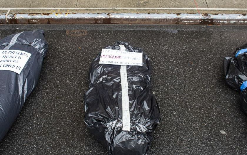 PRIMER MUNDO : Funeraria de Nueva York apila los cuerpos en la puerta y a la vista de todos