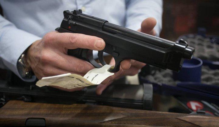 """"""" URGENTE EXONERACION """": Un policía armó una fiesta con música y alcohol en Barrio Sur y cuando llegó la Guardia Urbana les apuntó con un arma"""