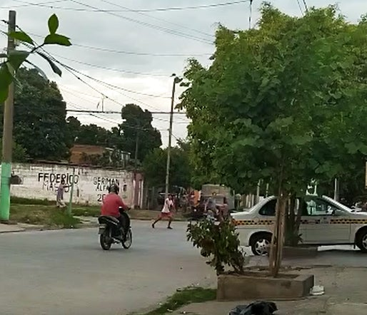 Barrio Victoria: PIRAÑAS atacan brutalmente a un motociclista para robarle(VIDEO)