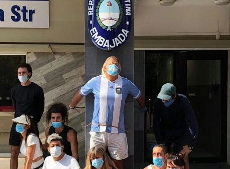 SUDAFRICA: Argentino varado lleva 28 horas encadenado a la embajada