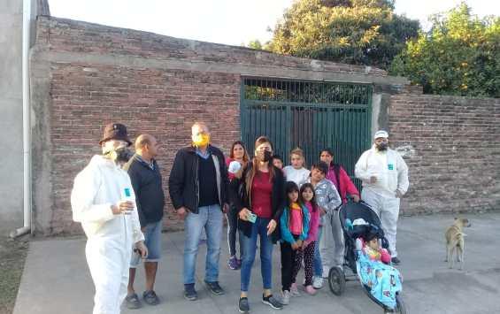 El legislador Vermal y la concejal Leiva de Fuerza Republicana con sus equipos de fumigacion antidengue asistieron  a los vecinos de Barrio Victoria II