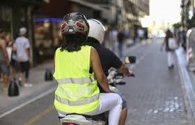 Tucumán : No podran circular dos personas mayores en una sola moto