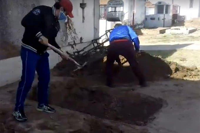 Jujuy: tuvo que cavar la tumba de su madre que falleció por CORONAVIRUS porque la funeraria se negó