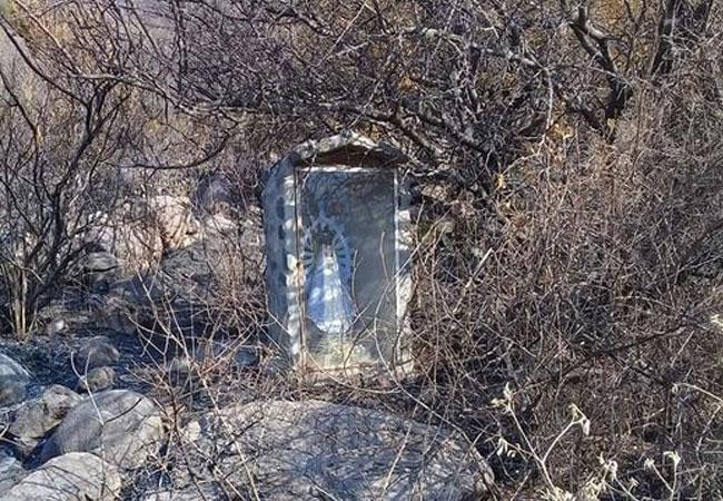 MILAGRO: Encuentran intacto un santuario a la Virgen en medio de los campos incendiados