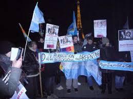 Argentinos que viven en Francia se manifestaron con una marchan contra la visita de Macri en ese país