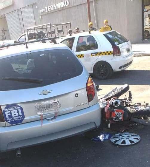 Cruzaron en rojo con su moto y chocaron contra un automóvil