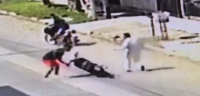 (VIDEOS) Salvaje ataque de delincuentes a un trabajador que lucha para que no le roben su moto (VIDEOS)