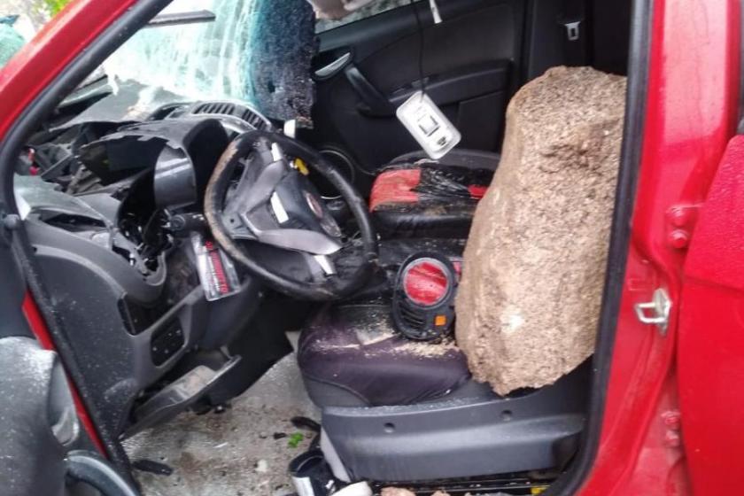 Una roca cayó sobre un auto en el camino a los Valles y la conductora se salvo milagrosamente