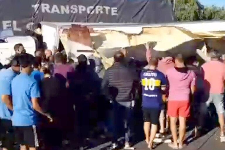 (VIDEO)Saqueo en Buenos Aires: Volcó un camión y una turba se llevo fideos, verduras y bebidas (VIDEO)