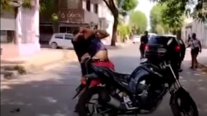 (VIDEO)Ataco a un motociclista en plena calle y casi lo mata a golpes(VIDEO)