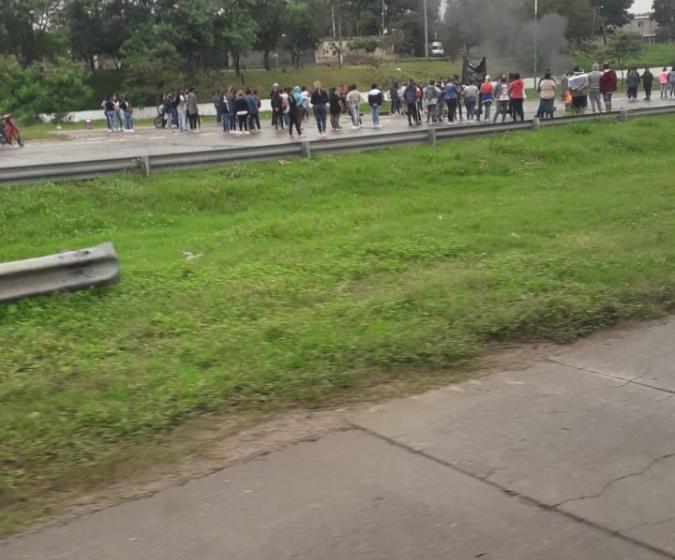 Tafí Viejo: Hay bloqueo de organizaciones sociales y cientos de autos quedaron varados en la ruta