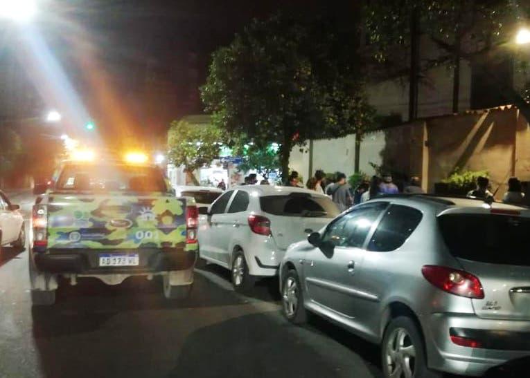 Brutal enfrentamiento entre banda de delincuentes en Plaza Urquiza deja como saldo un apuñalado en el cuello