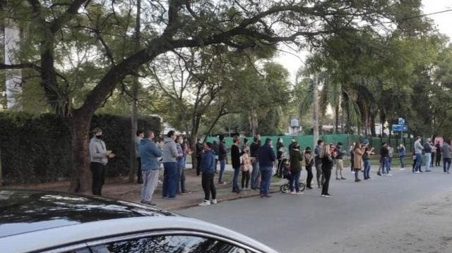 Hay Protestas contra las nuevas restricciones frente a la casa del gobernador Juan Manzur