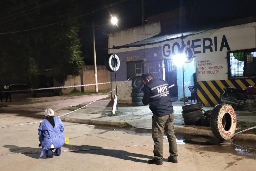 Motochorros mataron a tiros en plena calle a un joven en Barrio Los Platanos