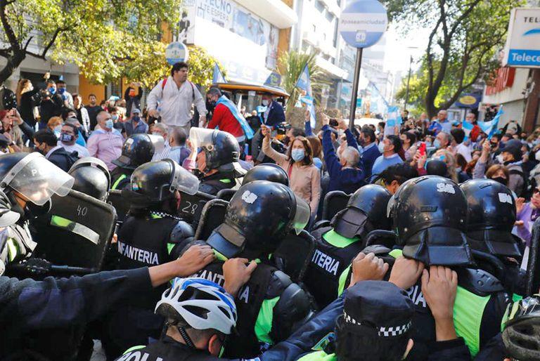 """""""LLORAN LOS PROCERES """": Tucumán mostro su peor cara en este 9 de julio con los violentos enfrentamientos entre manifestantes contra el presidente y la policía(VIDEO)"""