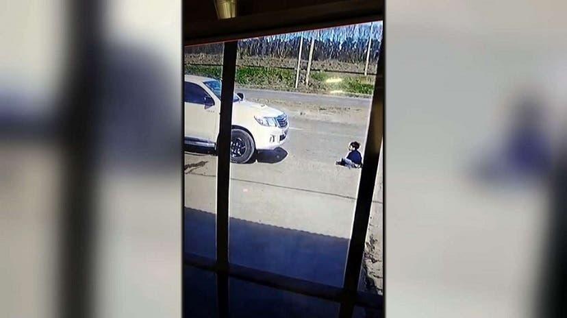 Un niño fue arrollado por una camioneta y salio ileso (VIDEO)