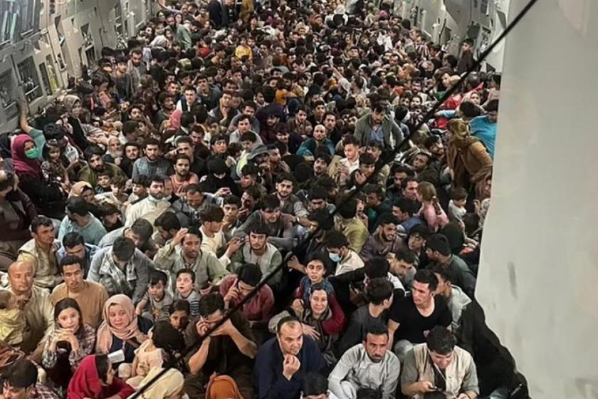 La conmocionante imagen de la bodega de un avión militar con 640 afganos que lograron huir de los talibanes