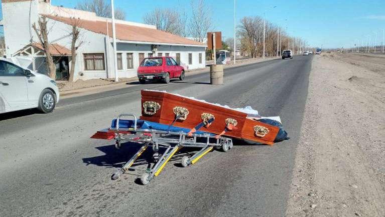 Lamentable: Un ataúd cayó de un coche fúnebre y el cadáver quedó en medio de una ruta