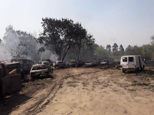 Mega incendio en un taller mecánico de Los Aguirre: se quemaron más de 100 vehículos(VIDEO)