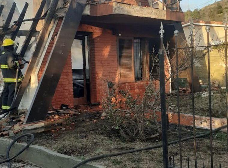 Arreglaba el techo, se incendió la casa y perdió todo
