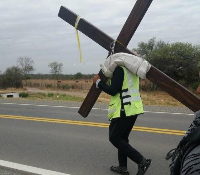 Para cumplir una promesa, un tucumano camina 250 kilómetros hasta Salta con una cruz a cuestas