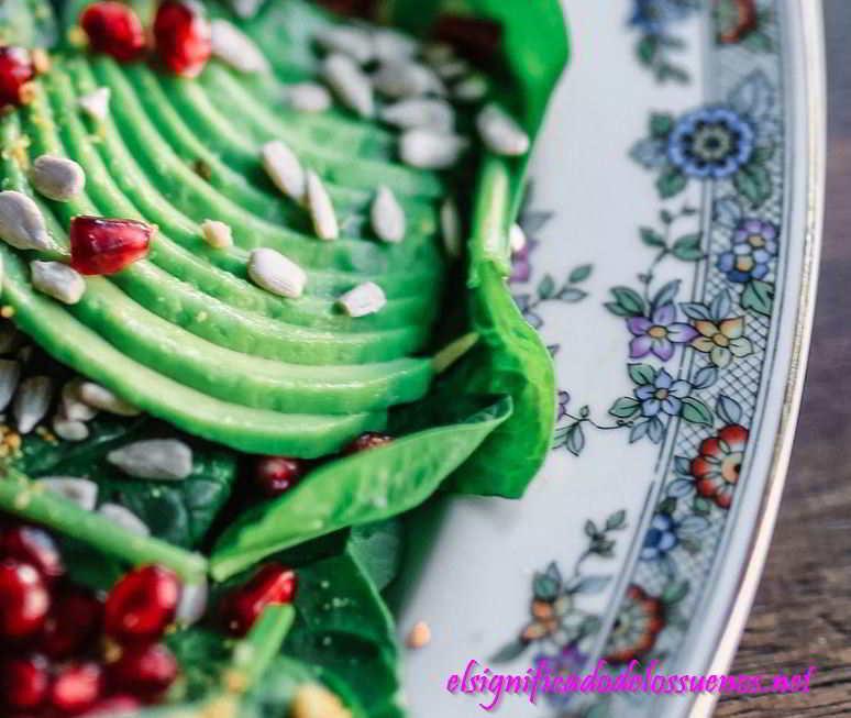 soñar con comer ensalada