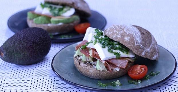 Broodje brie met avocado