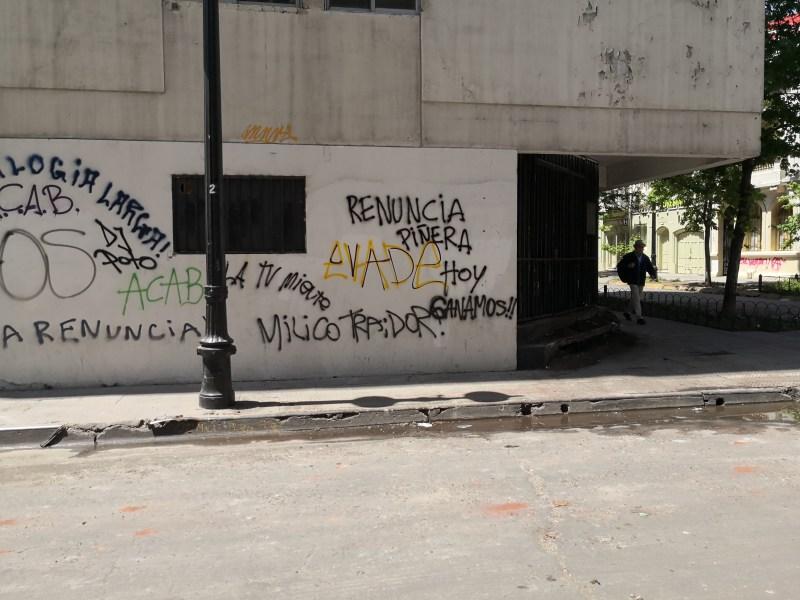 Renuncia Piñera escrito en las murallas De Santiago Centro durante la crisis en Chile