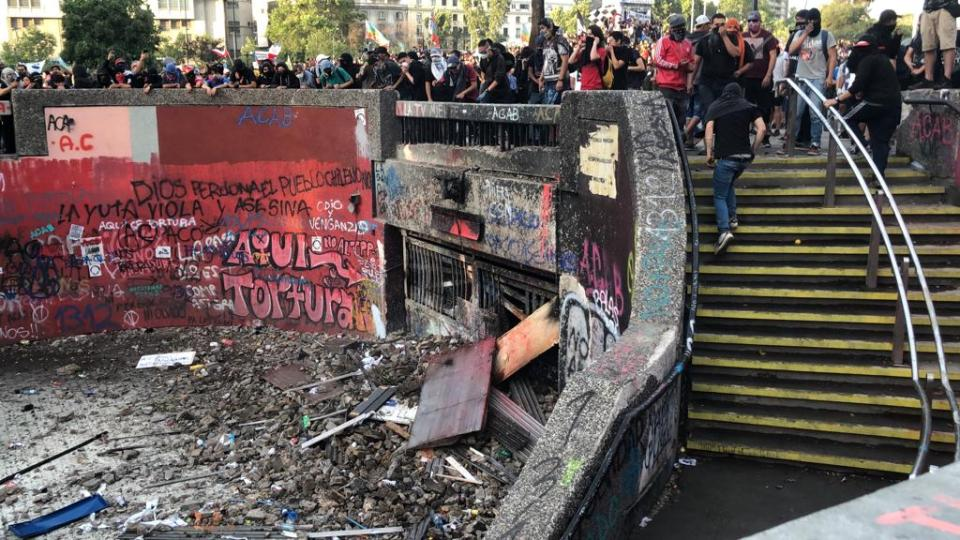 Metro Baquedano Destrozado