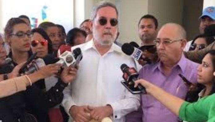 DON ROBERTO HABLA A PERIODISTAS EN LA CIUDAD JUAN BOSH