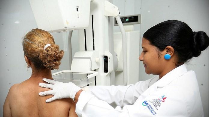 dra-examina-mujeres
