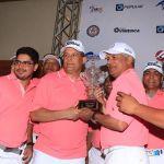 el-equipo-ganador-recibe-la-copa-del-clasico-del-golf