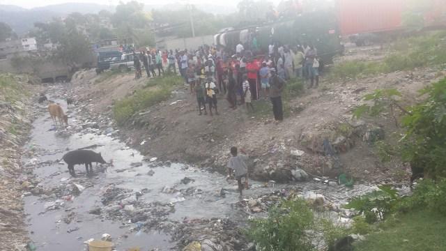 haitianos-esperando-las-ayudas-cerca-del-campamento