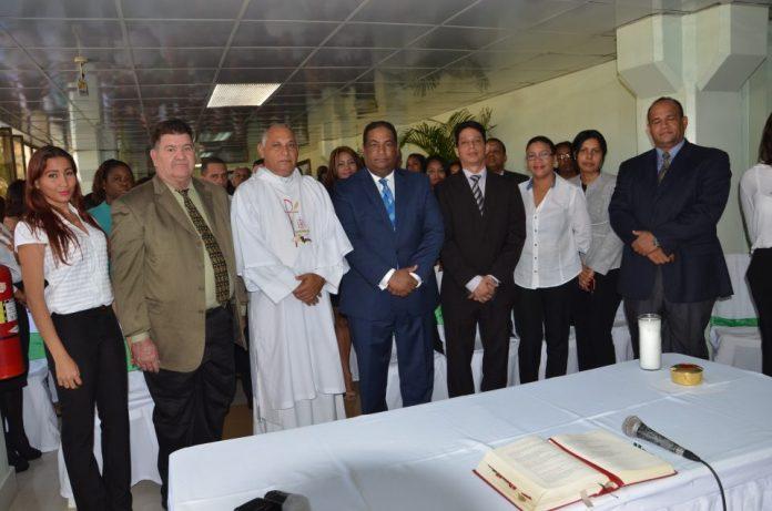El director administrativo, Marcos Tavárez, junto al diácono Rafael Valera, de la Parroquia Inmaculada Concepción, y otros funcionarios y empleados de la Lotería en la misa de acción de gracias por el 134 aniversario de la institución.