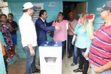 El alacalde Abel Martinez e Iris Guaba,entregando articulos