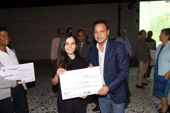 Abel Martinez premia a una de las ganadoras