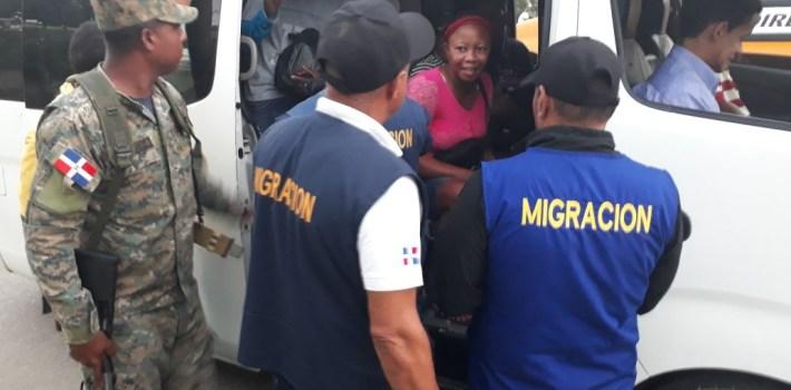 Cientos de extranjeros detenidos por Migración en Santiago