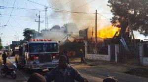 Fuego destruye dos negocios y un carro en Hato del Yaque