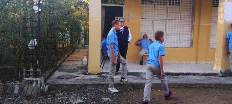 Confirman escuela de SFM no cuenta con baños