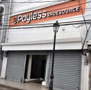Asaltan tienda de calzados Payless de la calle Del Sol
