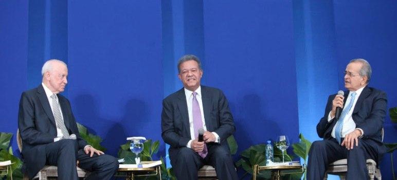 Leonel Fernández presenta libro en Santiago