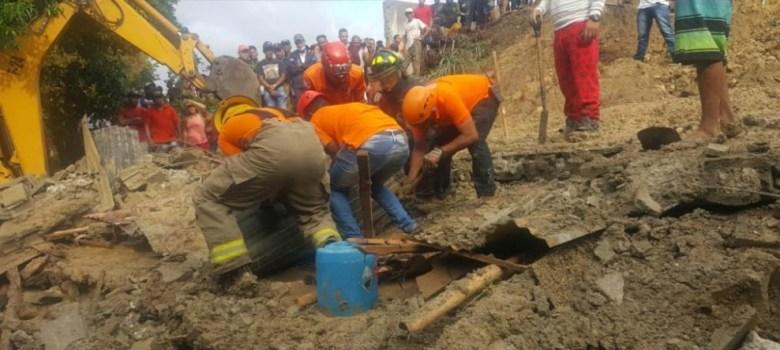 22 de noviembre 2019 MAXWELL REYES maxwellreyes@hotmail.com SANTIAGO.-Por las lluvias registradas desde las 2:00 de la madrugada de este jueves, una pared colpsó y aplastó a un hombre mientras dormía, en un hecho que ocurrió en La Mina de Las Tres Cruces en Jacagua, reportó próximo al mediodía de hoy la Defensa Civil. El cadáver de Nando Jiménez Garcia, de 49 años, fue rescatado alrededor de las 11:40 de la mañana de hoy. La pared fue construida al lado de la vivienda de la víctima mortal, en los terrenos propiedad de un empresario conocido como Pedro Racing. Tanto el Sistema Nacional de Atención a Emergencias 911, bomberos y la Defensa Civil, se presentaron al lugar y en la búsqueda de Jiménez Garcia. Los aguaceros provocaron inundaciones momentáneas en las principales calles y avenidas del municipio, entre ellas Presidente Antonio Guzman, Yapur Dumit, Ingenio Abajo, los Rieles de Cienfuegos, las Tres Cruces de Jacagua, entre otras. PIE DE FOTO 1.-Miembros de la Defensa Civil mientras rescataban el cadáver