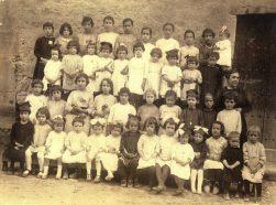 1918, Escola nenes i mestra, cedida Mª Lourdes