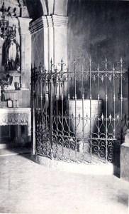 L'antiga Pila (ara en desús) va costar 300 pessetes i aquell mateix 1953 es va posar a la paret del darrere un baldaquí amb cobricel per la imatge de l'Immaculat Cor de Maria.