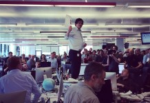 Alan Rusbridger, a Guardian főszerkesztője a lap newsroomjában 2014 áprilisában bejelenti, hogy a kollektíva megnyerte a Pulitzer-díjat az Edward Snowden által kiszivárogtatott NSA-dokumentumok témájában írt cikksorozattall (fotó: Katy Stoddard/flickr)