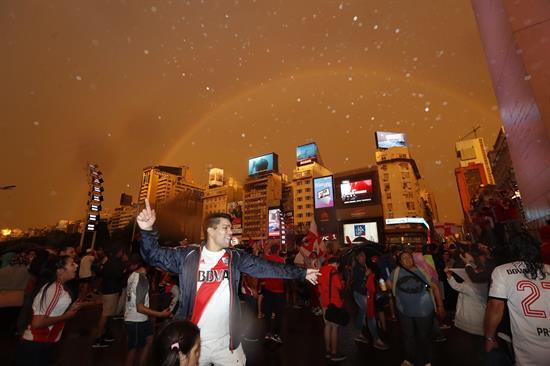Hinchas de River Plate celebraron bajo una pertinaz lluvia. Foto Cortesía