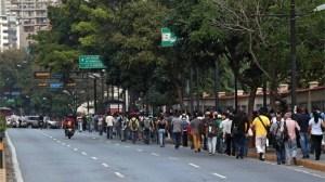 El corte de energía afecta al transporte público, como el metro, por lo que muchos caraqueños debieron caminar varios kilómetros para llegar a sus casas el jueves. Foto cortesía